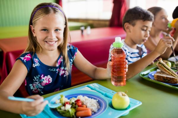 Devojčica jede zdravu hranu