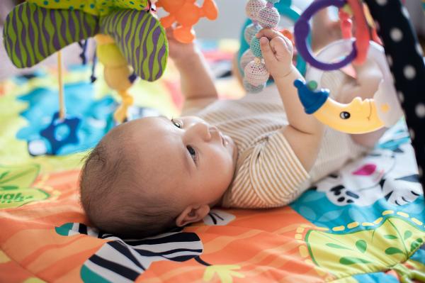 Bereits direkt nach der Geburt kann ein Mobile aufgehaengt werden