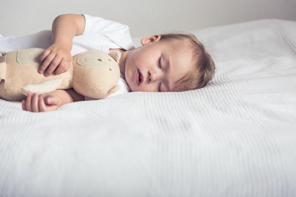 In den ersten Wochen benoetigen Babys viel Schlaf