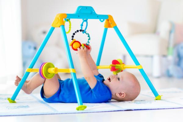 Nicht nur ueber dem Bettchen erweisen sich Mobiles als viel genutztes Spielzeug