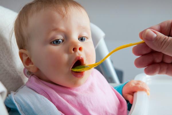 In den ersten Wochen müssen Babys noch gefüttert werden