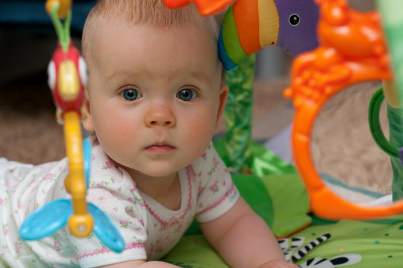 spielbogen f r das baby selber machen zwergehuus magazin. Black Bedroom Furniture Sets. Home Design Ideas