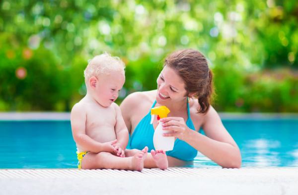 Empfindliche Babyhaut cremen Sie am besten mit Sonnencreme, die den höchsten Lichtschutzfaktor hat ein