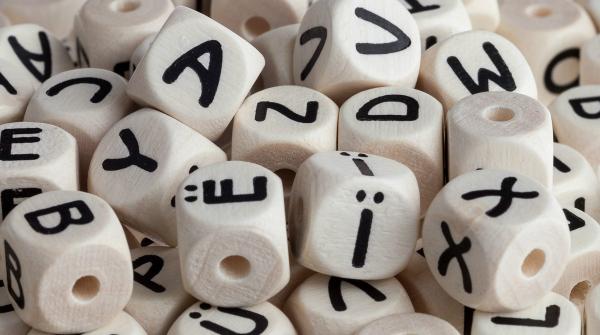 geprägte Buchstaben auf Holzwürfeln