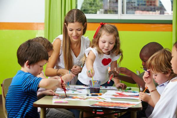 Basteln am Kindergeburtstag macht nicht nur den Kindern Spaß