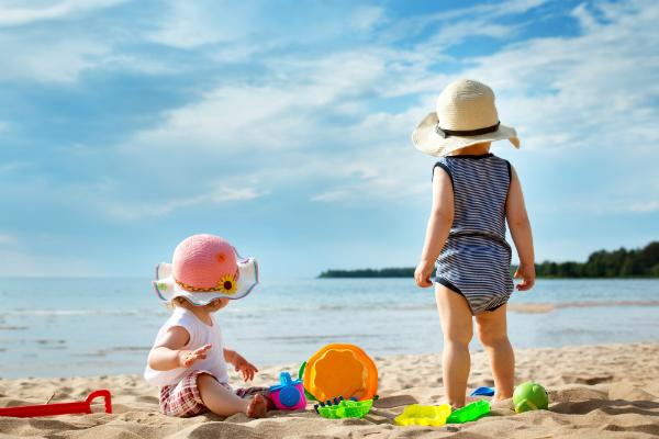 Passendes Spielzeug zum kreativen Spielen am Strand