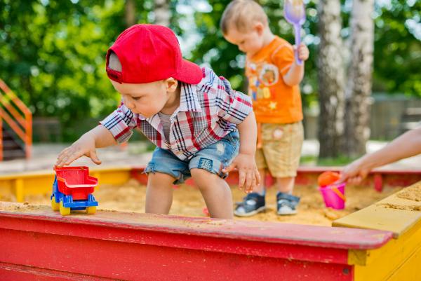 Kleine Kinder spielen im Sandkasten