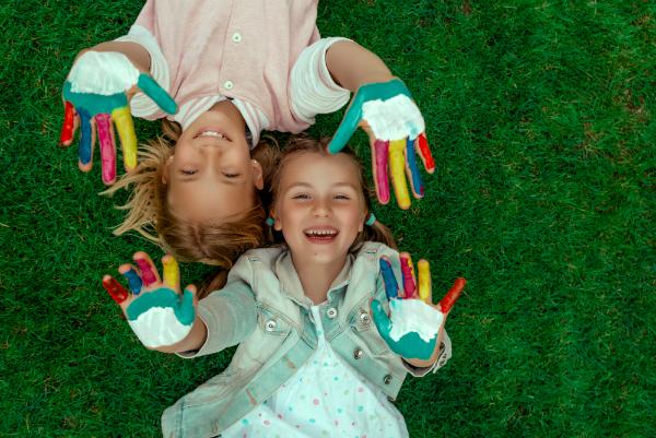 Kinder mit Fingerfarben