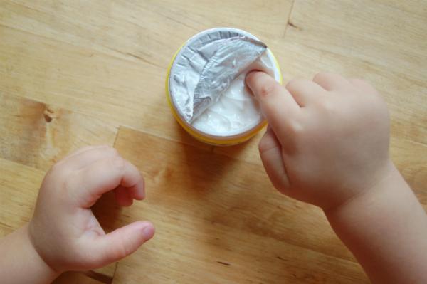 Verwenden Sie fetthaltige Cremes, um Ihr Baby einzucremen