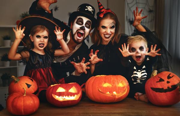 Familie an Halloween