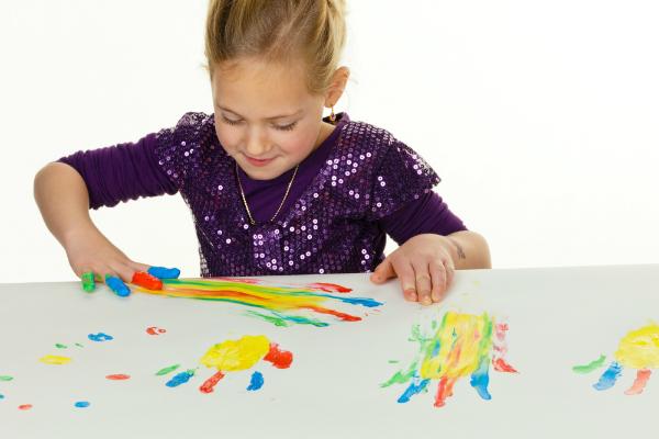 Mit Fingerfarben können die Kleinen den Hintergrund gestalten