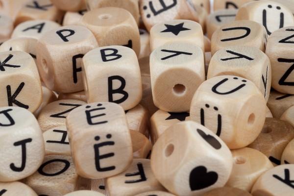 Buchstaben Holz geprägt COMIC