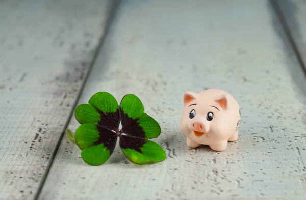 Schweinchen und vierblättrige Kleeblätter sind beliebte Glücksbringer-Motive zum Jahreswechsel