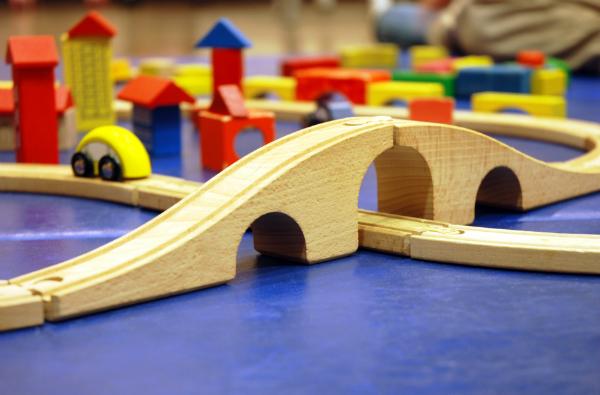 Mit dem Zug aus Holz und anderen Holzspielzeug kann Ihr Kind seiner Fantasie freien Lauf lassen