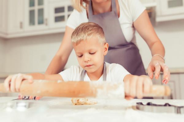 Die Kleinen sind mit Freude dabei, wenn leckere Kekse gebacken werden