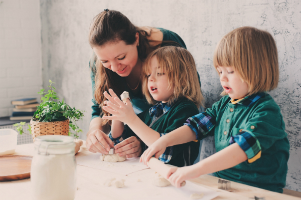 Beim Teig ausrollen und ausstechen können Kinder fleissig helfen