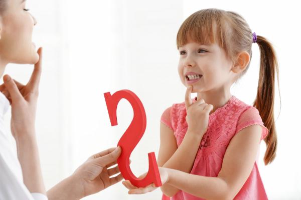 Zuerst als einfache Laute wahrgenommen, werden nach und nach einzelne Wörter erlernt