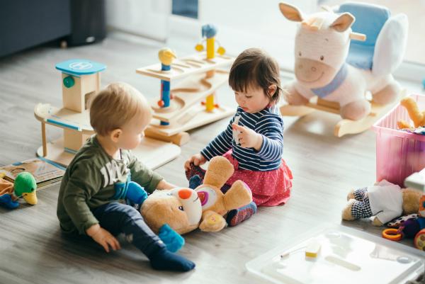 Kleinkinder spielen zusammen, im Streitfall wird oftmals gebissen