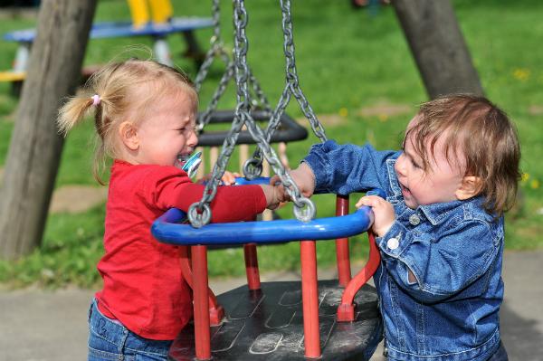 Ein typischer Streit zwischen Kleinkindern: Wer darf zuerst auf die Schaukel?