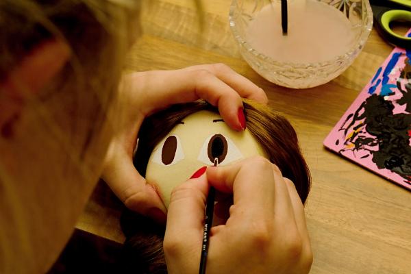 Die Gesichtszüge können mit Stofffarbe aufgemalt werden oder alternativ mit Knöpfen, Fädelschnüren und weiterem Bastelmaterial aufgenäht werden