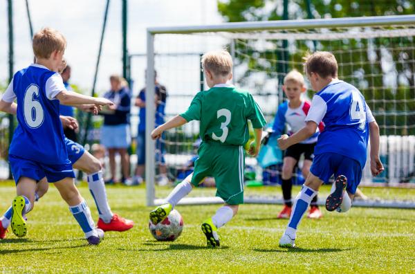 Kinder beim Fussballspielen