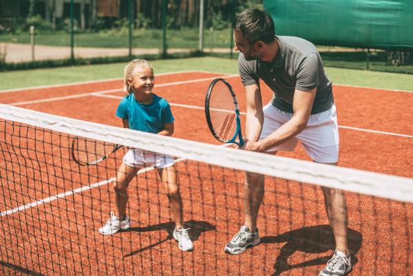 Vater und Tochter beim Tennis