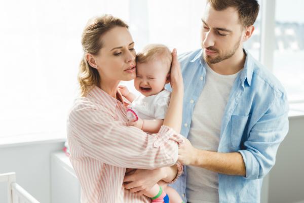 Eltern beruhigen kleine Tochter