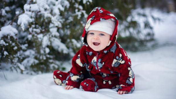 Im Winter sollte darauf geachtet werden, dass das Baby keine zu trockene Haut bekommt