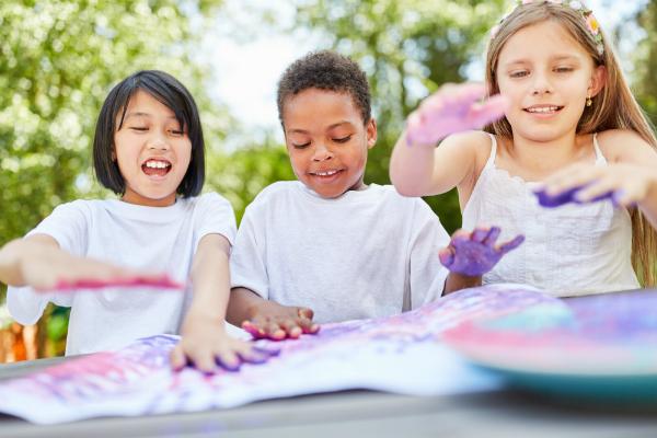 Kinder spielen mit Fingerfarben