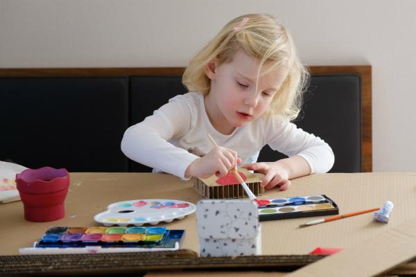 Kleines Maedchen beim Malen mit Wasserfarben