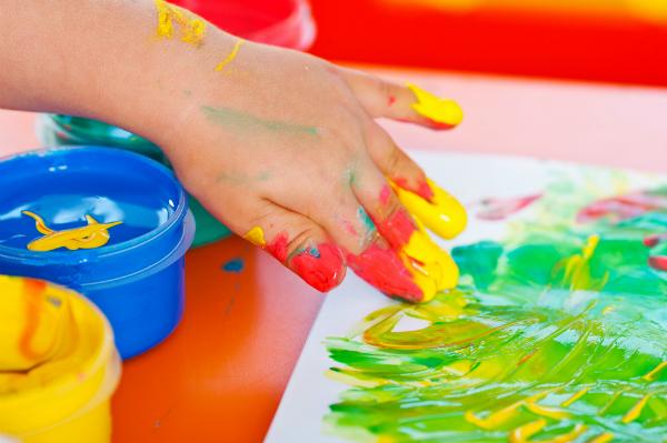 Das Malen mit Fingerfarben wird den Kleinen grosse Freude bereiten