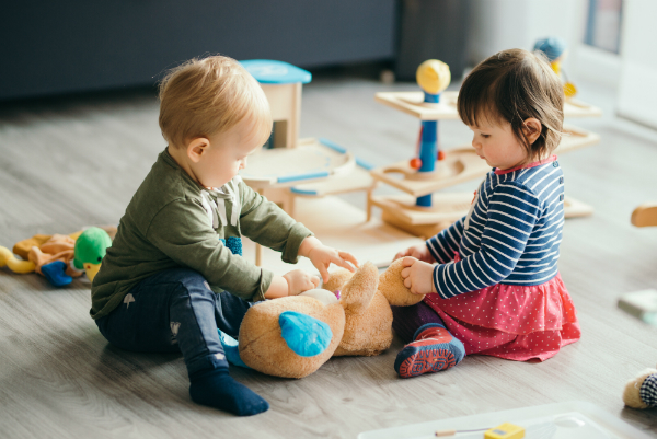 Geschenke fuer den Kindergarten passend auswaehlen