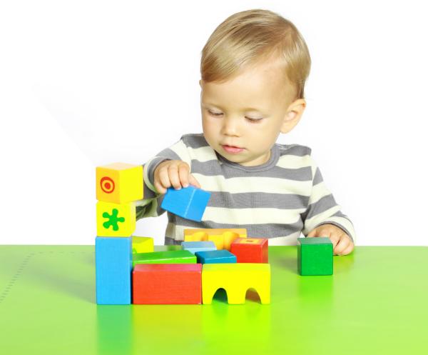 Junge spielt mit Holzspielzeug