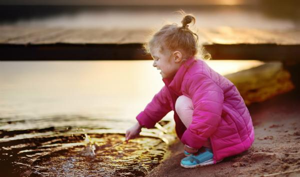Am See oder Meer gibt es zahlreiche tolle Spielideen - das Planschbecken tut es aber auch