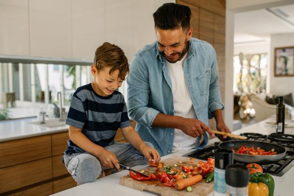 Vater und Sohn kochen zusammen