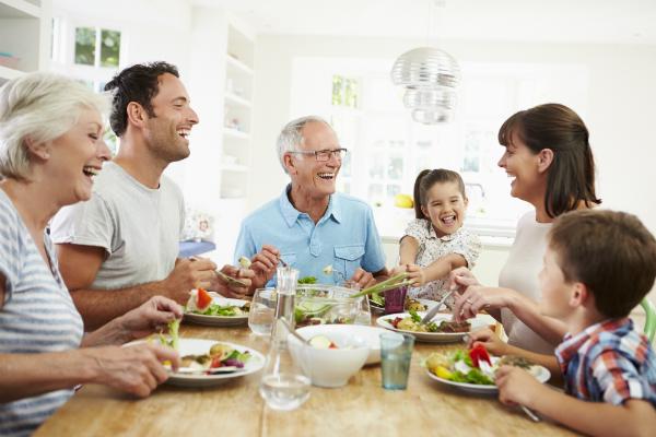 Familie isst gemeinsam zu Mittag