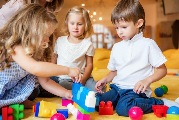 Spielende Kinder, die miteinander teilen