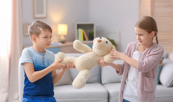 Kinder streiten sich um ein Spielzeug