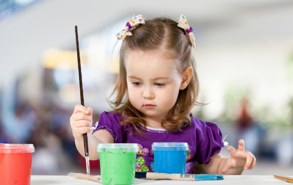 Kleinkinder muessen erst einmal lernen den Pinsel in der Hand zu halten