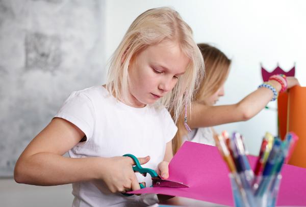 Mädchen basteln mit Pappkarton