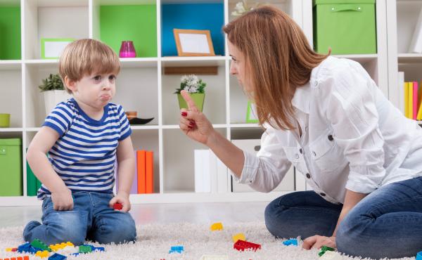 Mutter schimpft mit Kind