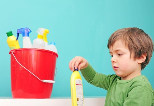 Kleinkind entdeckt gefaehrliche Haushaltsmittel