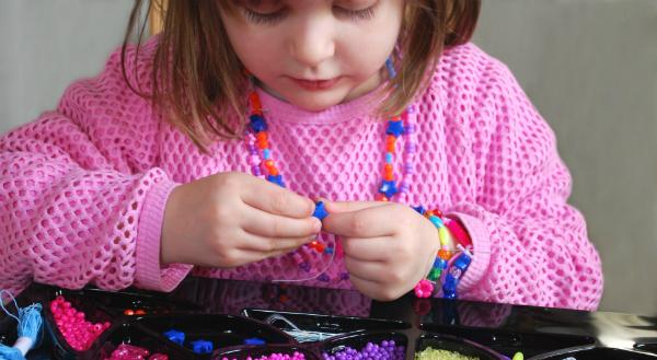 Mit Perlen und ein bisschen Geschick Schmetterlinge basteln