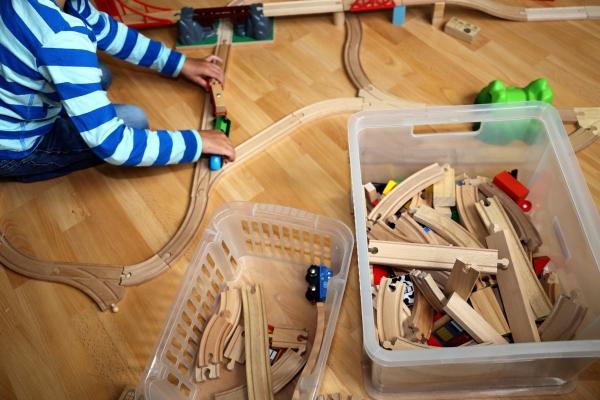 Kind spielt mit paedagogischem Spielzeug