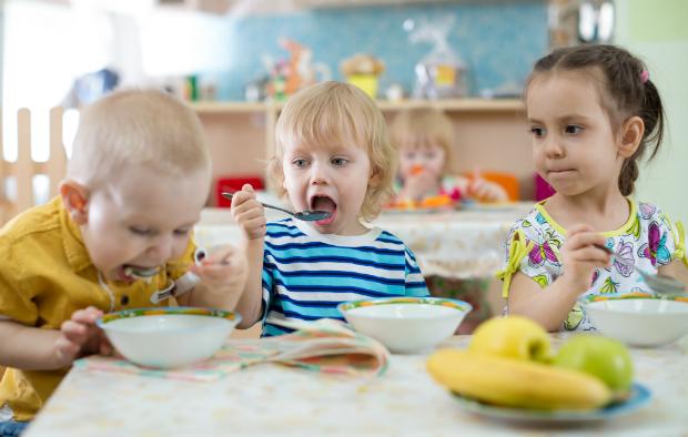 Kinder mit Porzellangeschirr