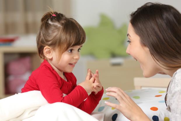 Mutter und Tochter üben das Sprechen
