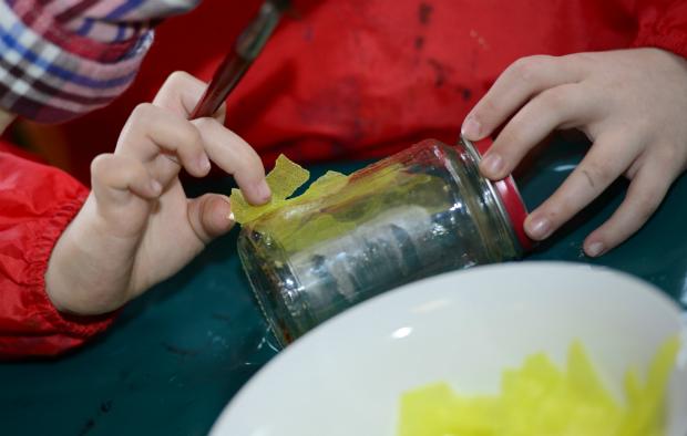 Einmachglas mit Krepppapier bekelben