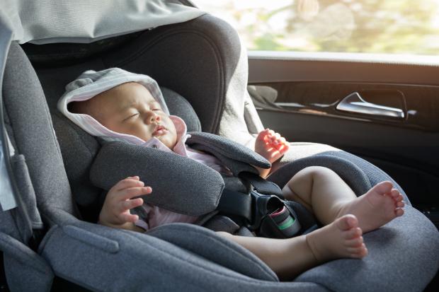 Für Neugeborene ist eine Liege mit Nackenstütze die beste Wahl