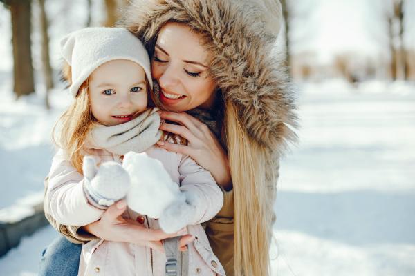 Mutter und Tochter unternehmen Winterspaziergang