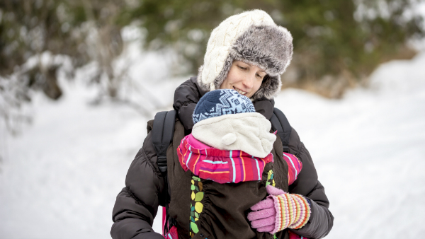 Winterspaziergang mit Tragetuch